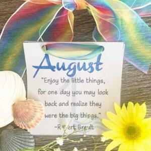 August Inspirationla calendar with seashells and flowers